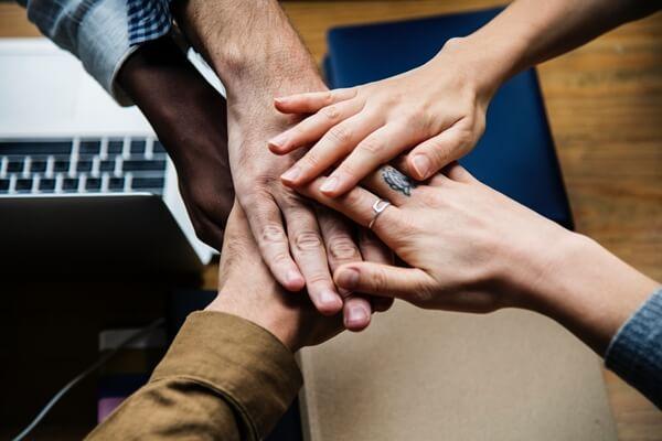 pessoas a ajudarem-se umas às outras na organização de eventos